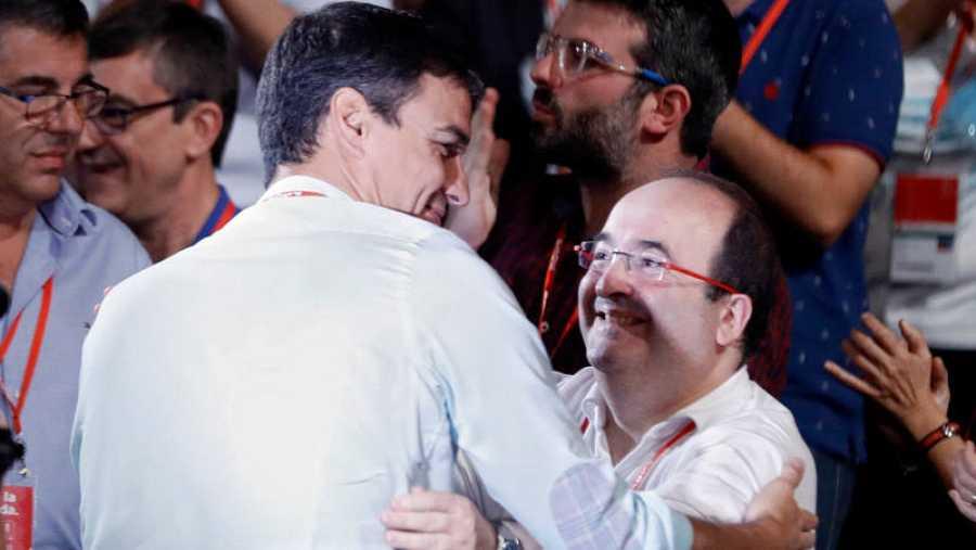 Sánchez e Iceta se saludan en el Congreso del PSOE.