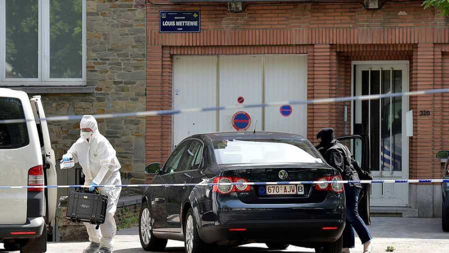 Policías belgas durante el registro en Bruselas de la casa del hombre abatido en la Estación Central
