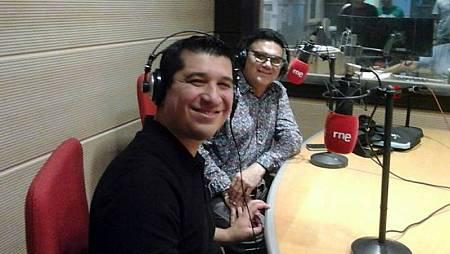 El trompetista Pacho Flores y el guitarrista Jesús Pingüino Gonzalez durante la entrevista en 'Las mañans de RNE'