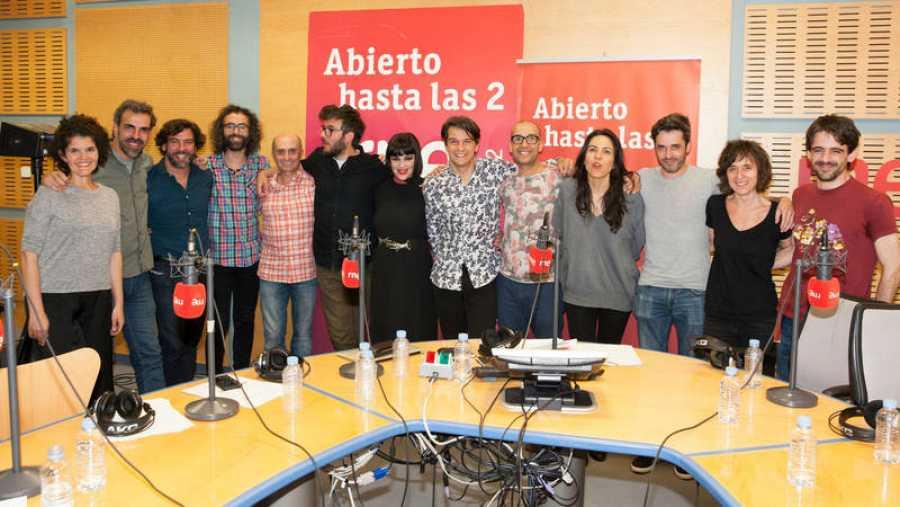 Imagen final del programa, con todo el equipo