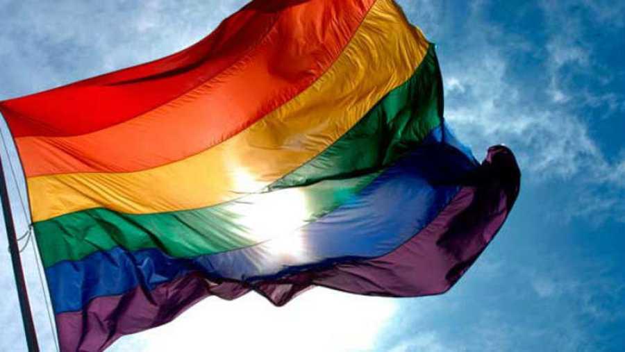 Bandera del Orgullo Gay, diseñada por Gilbert Baker