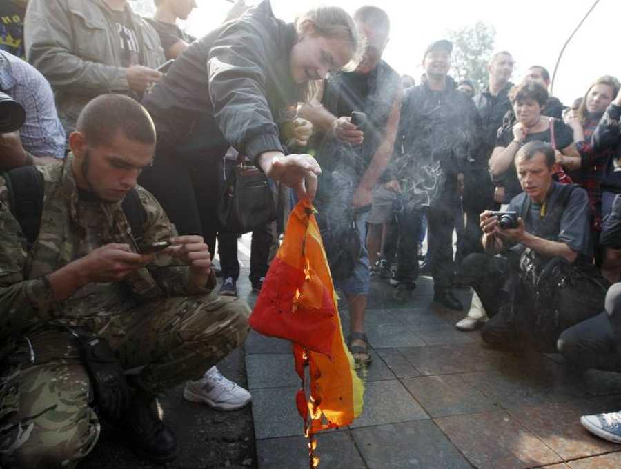 Activistas anti-LGTB queman una bandera de este colectivo durante el Orgullo de Kiev, el pasado 18 de junio.