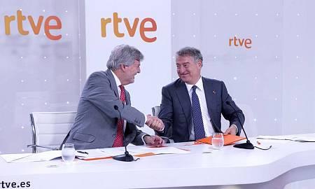 El ministro de Educación, Cultura y Deporte, Íñigo Méndez de Vigo, y el presidente de RTVE, José Antonio Sánchez, durante la firma del convenio