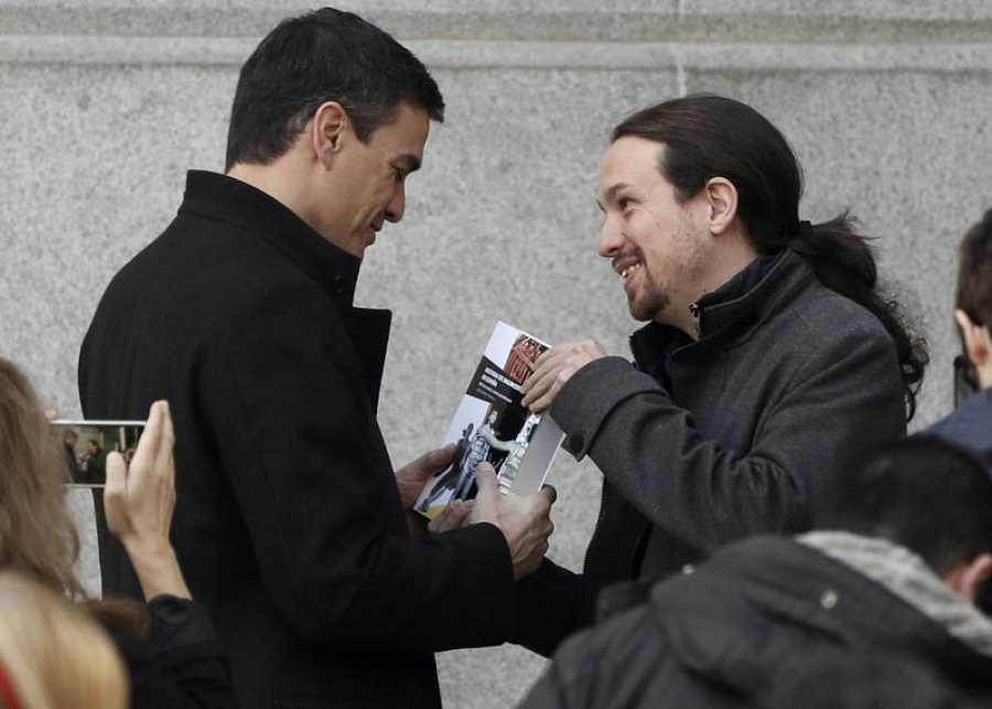 Pablo Iglesias regala a Pedro Sánchez el libro