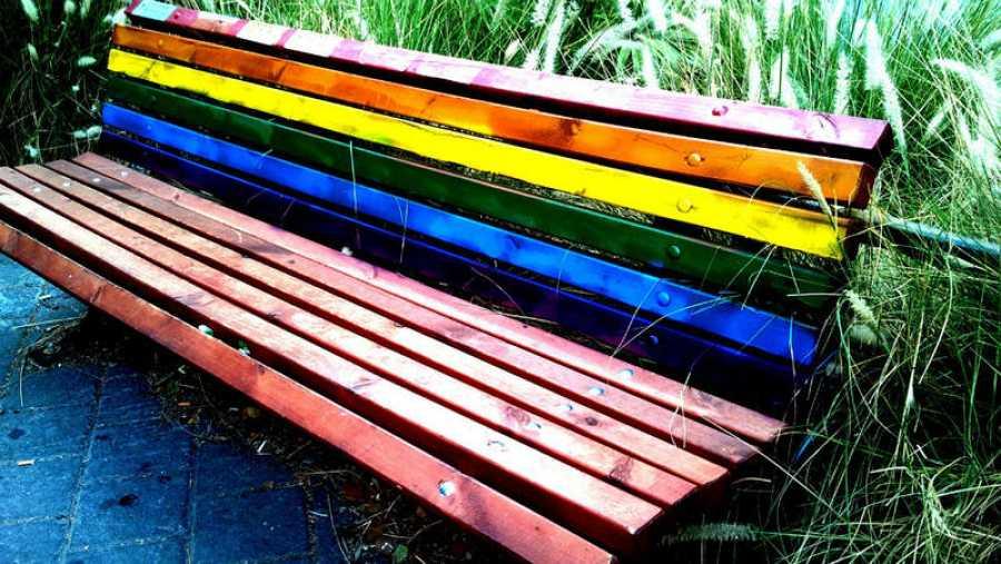 Banco pintado con la bandera arcoíris