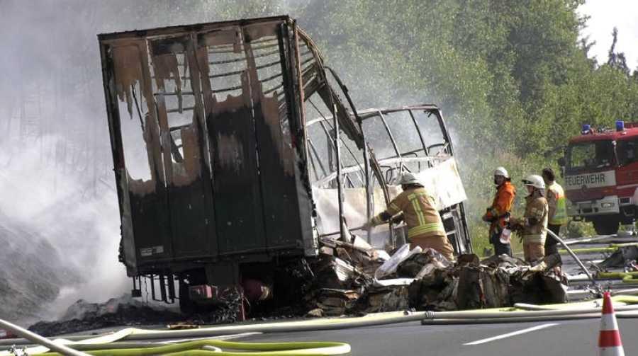 Bomberos apagan el incendio del autobús accidentado este lunes en Baviera, Alemania