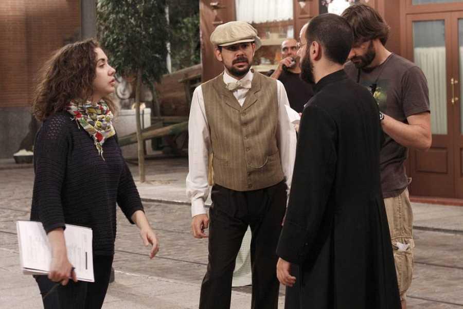 Diego Corral, ayuante de dirección, vestido como cura para el capítulo