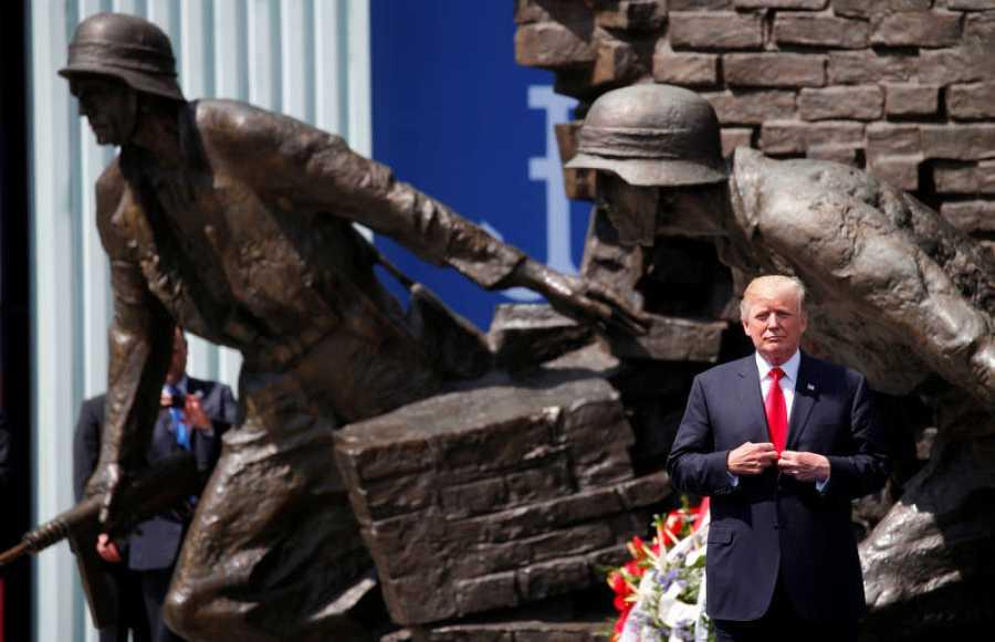 Trump posa ante el monumento que conmemora el levantamiento de Varsovia, después de dar su discurso