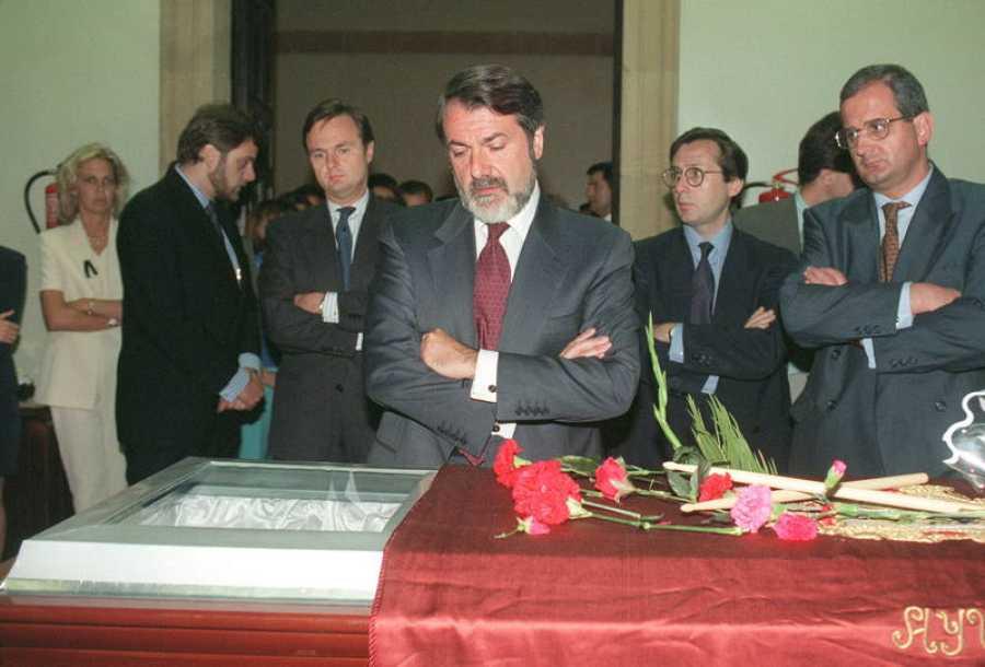 El ministro del Interior, Jaime Mayor Oreja, ante el féretro de Miguel Ángel Blanco