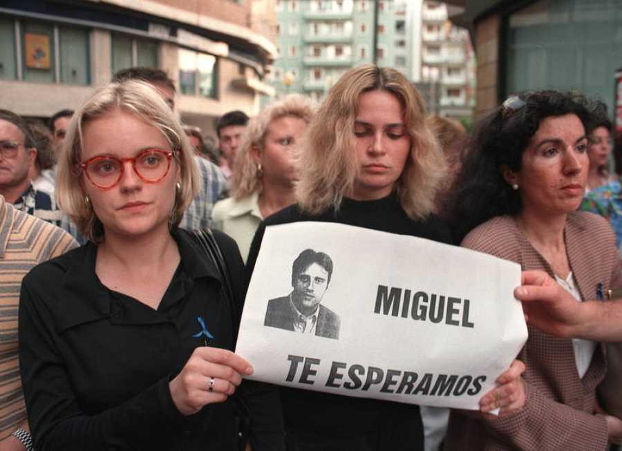 La hermana de Miguel Ángel Blanco, Mari Mar, y la novia de este.