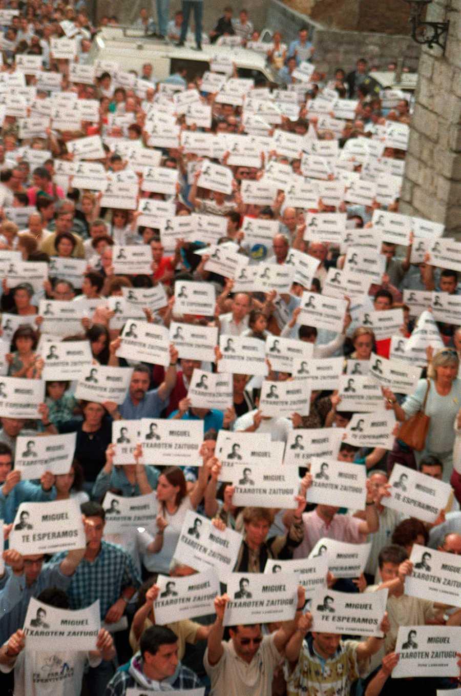 Miles de personas se manifiestan en Ermua para pedir la libertad de Miguel Ángel Blanco