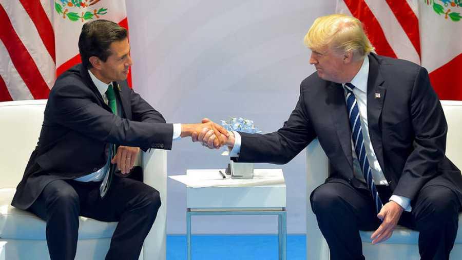 Enrique Peña Nieto y Donald Trump se saludan en la cumbre del G20, en Hamburgo