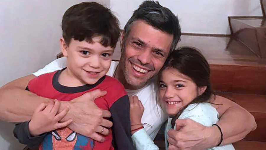Leopoldo López junto a sus hijos tras salir de la cárcel