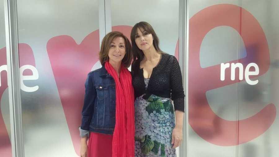 Mónica Bellucci junto a Yolanda Flores tras su entrevista en 'De película' - Escuchar ahora