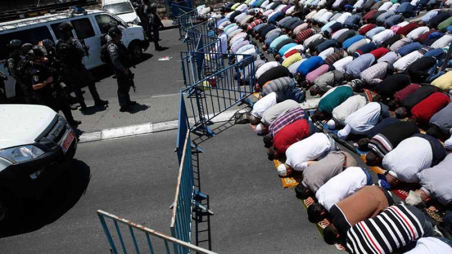 Musulmanes rezan ante la mezquita de Aqsa