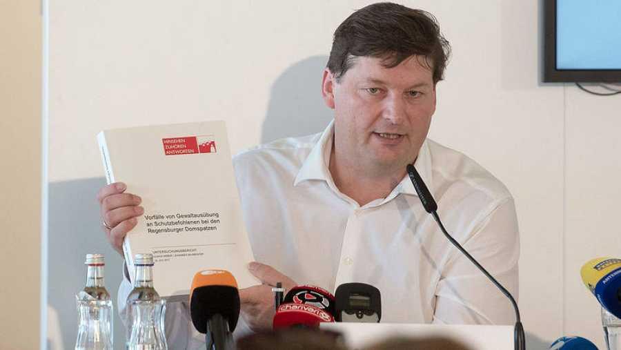 El abogado Ulrich Weber, encargado de investigar los abusos a menores en el coro de la catedral de Ratisbona, presenta su informe