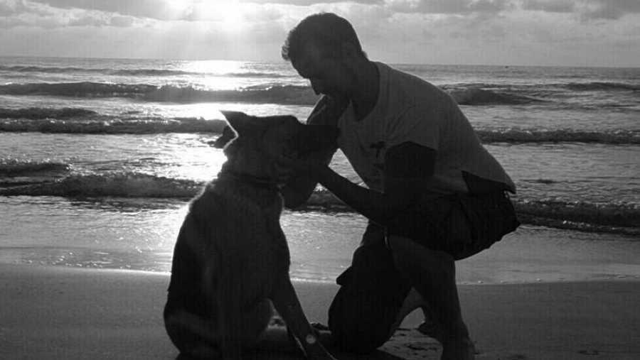 Miguel Ángel Huerta con uno de sus perros