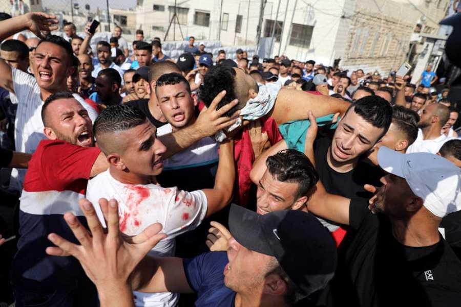 Los manifestantes palestinos muestran el cuerpo de Mohamad Hasan Abu Ganem, uno de los fallecidos en las protestas