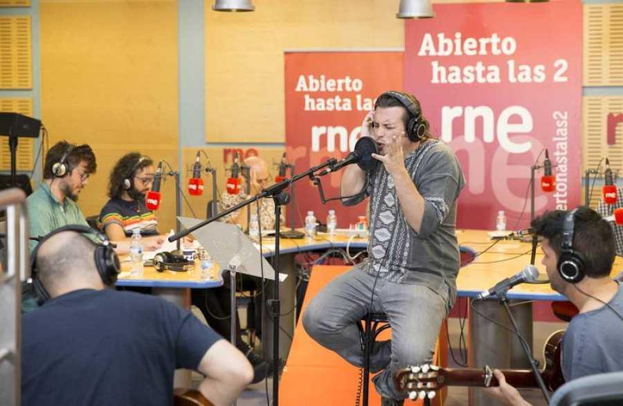 El artista extremeño interpreta en acústico temas de La Semilla
