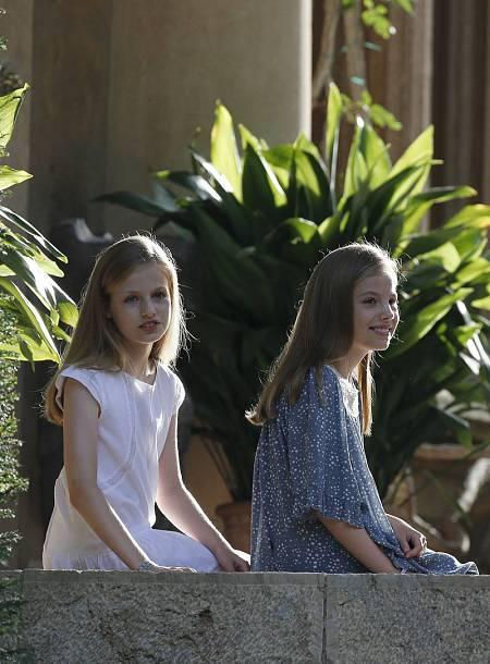 La princesa Leonor y la infanta Sofía durante el tradicional posado