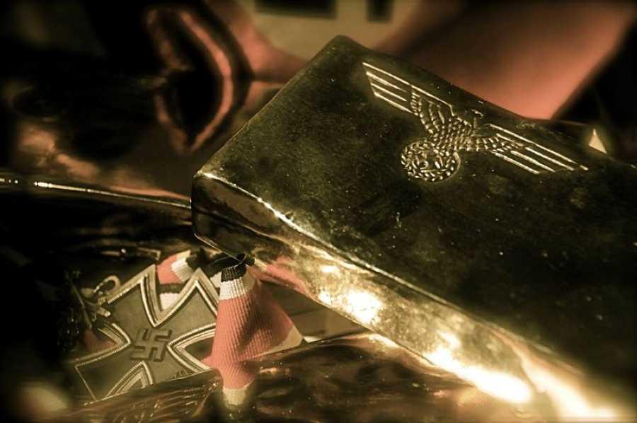 Junto a los símbolos del régimen que estaba a punto de sucumbir.... ¿había también un tesoro escondido?