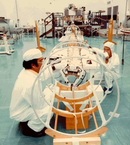 Científicos probando el magnetómetro de la Voyager 1