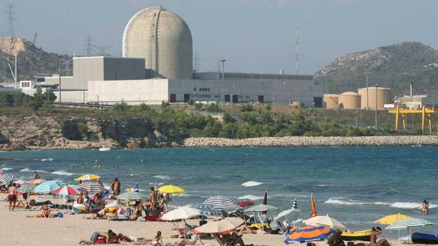 Vista de la central de Vandellós II desde la playa de La Almadrava en Tarragona