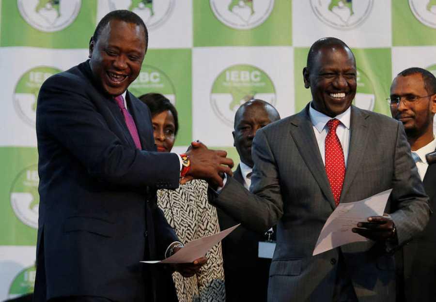 El presidente keniano, Uhuru Kenyatta, sonríe tras oficializarse su reelección en la sede de la Comisión Electoral