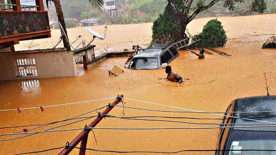 Dos hombres tratan de ponerse a salvo en Regent, cerca de la capital de Sierra Leona