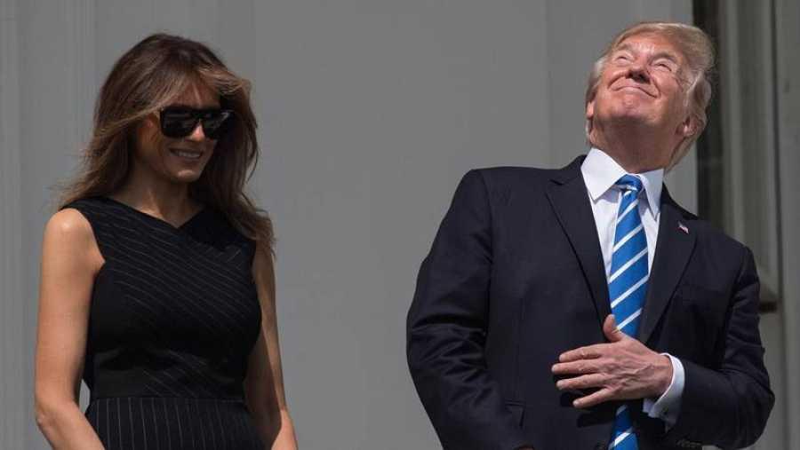 El presidente de Estados Unidos, Donald Trump, mira directamente al eclipse de Sol desde un balcón de la Casa Blanca.