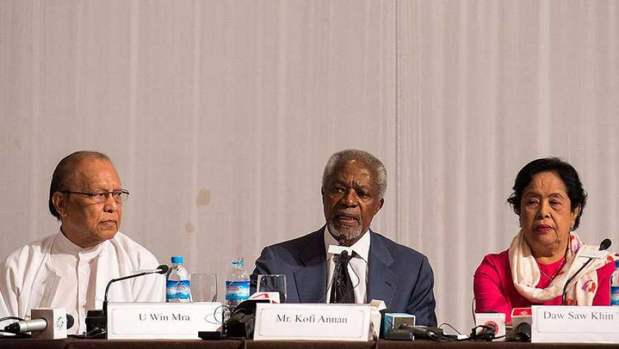 El ex secretario general de la ONU, Kofi Annan (en el centro) en Yangon, Myanmar, durante la presentación del informe sobre la minoría rohinyá y el conflicto en la región de Rakáin
