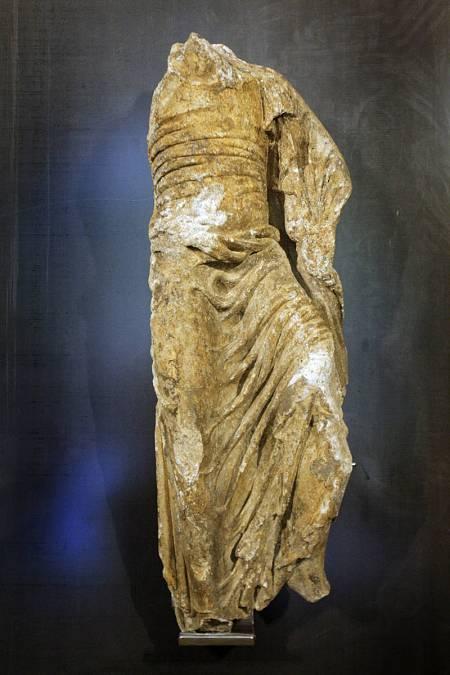 La escultura se adscribe al llamado Maestro de los Paños Mojados y puede datar sobre el año 1170.