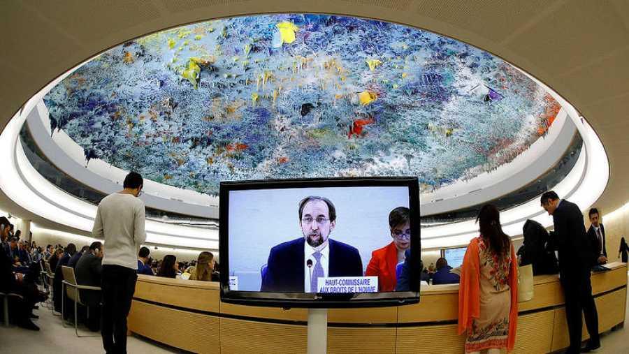 Una pantalla muestra a Zeid Ra'ad Al Hussein, Alto Comisionado de la ONU para los refugiados, durante su discurso en la sede del Consejo de Derechos Humanos de la ONU en Ginebra