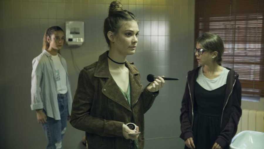 Nerea y Rocío se quedan atónitas cuando ven entrar a Alba en los lavabos