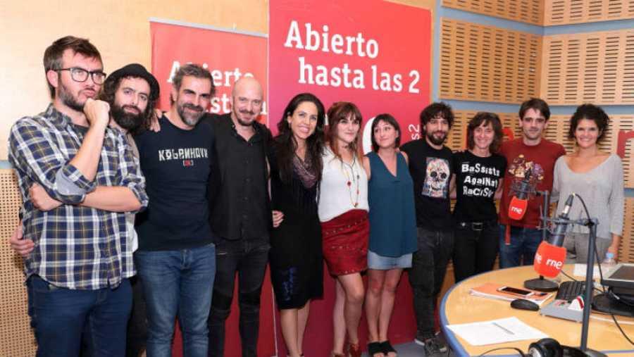 Rozalén con su banda (Ismael GuijarroSamuel Vidal, Beatriz Moreno) y todo el equipo del programa