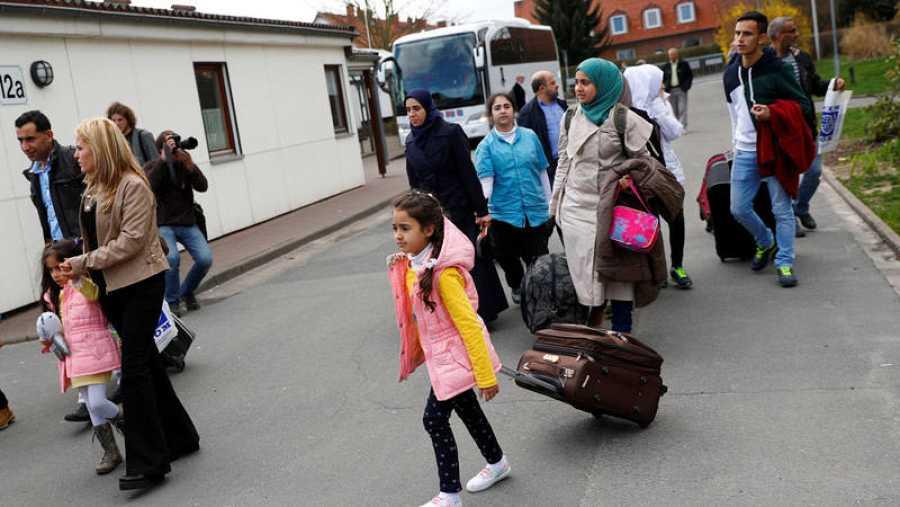 Refugiados sirios llegan a un campamento en Friedland (Alemania)