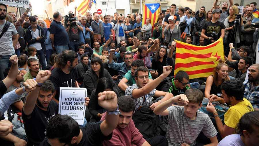 Manifestantes independentistas portando esteladas bloquean el paso del secretario judicial a la empresa Unipost, en Terrassa