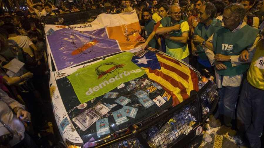 Los manifestantes han destrozado tres coches de la Guardia Civil