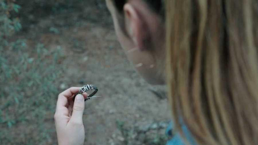 Alba encuentra una pulsera en el bosque que parece pertenecer a Cris