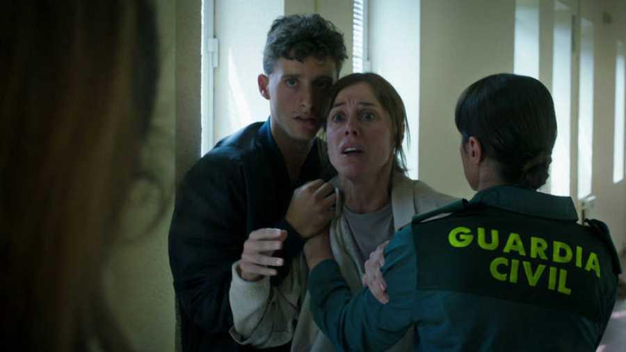 Alba se encuentra con Carmen y Dani, madre y hermano de Cris, en el complejo de la Guardia Civil