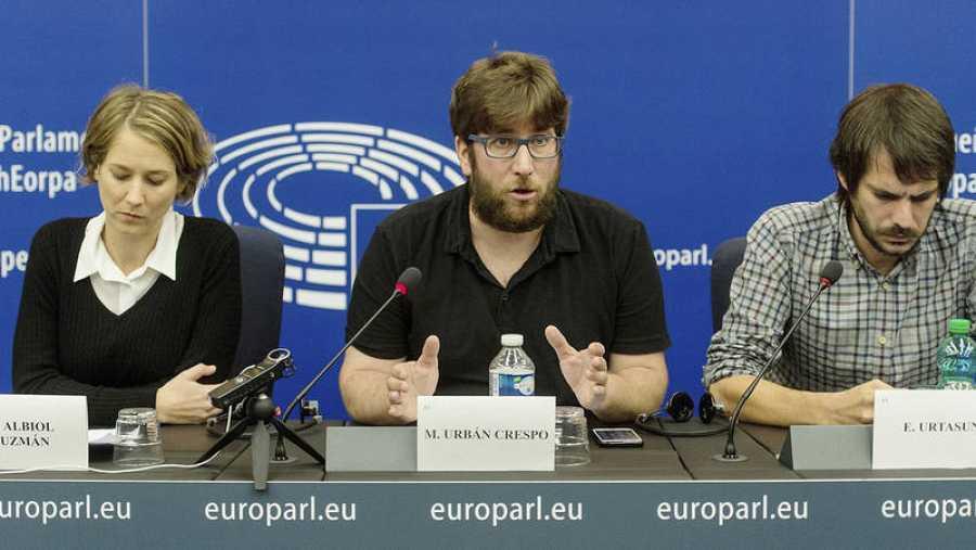 De izquierda a derecha: la portavoz de Izquierda Unida en el Parlamento Europeo, Marina Albiol; el eurodiputado y portavoz de Podemos en Europa, Miguel Urbán y el eurodiputado de Iniciativa per Catalunya Verds (ICV) Ernest Urtasun.