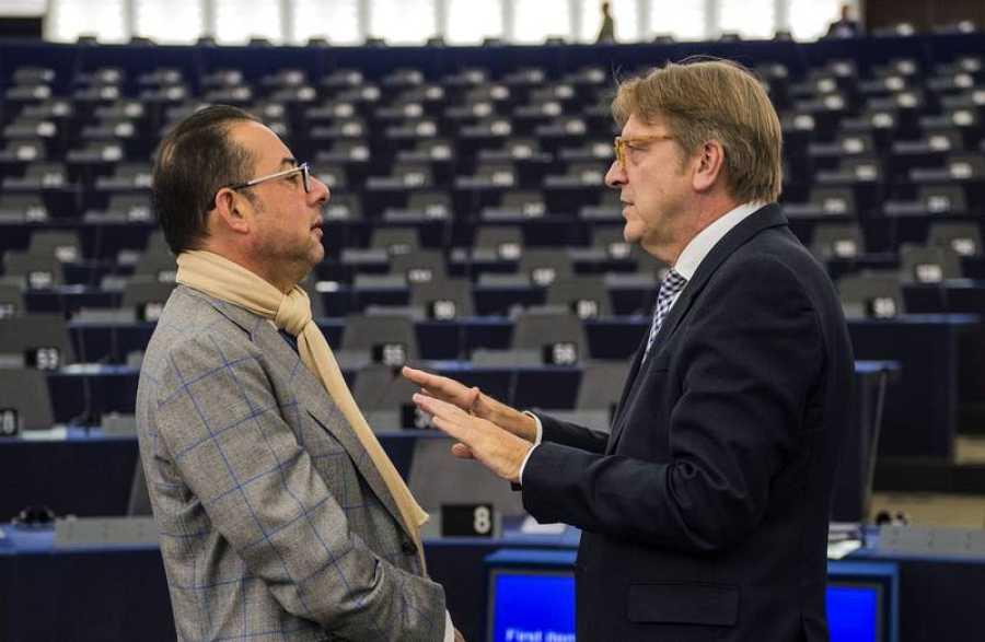 El socialista GIanni Pittella y el liberal Guy Verhofstadt, en el hemiciclo del Parlamento de Estrasburgo