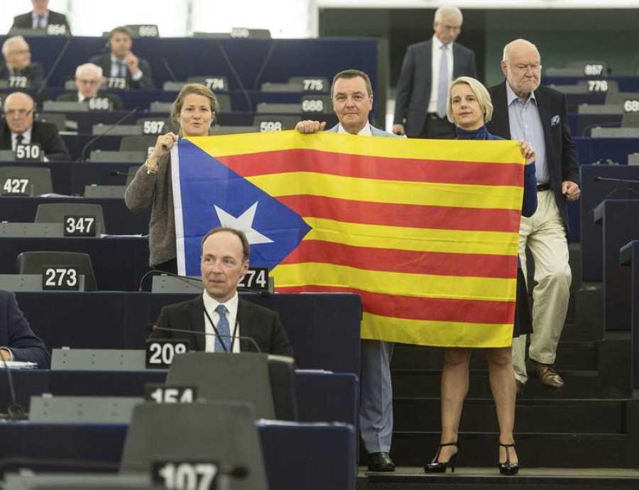 Tres eurodiputados posan con una estelada, la bandera independentista, en la Eurocámara.