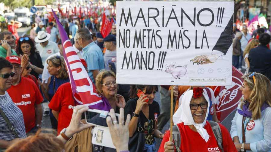 Una manifestante pide que Rajoy