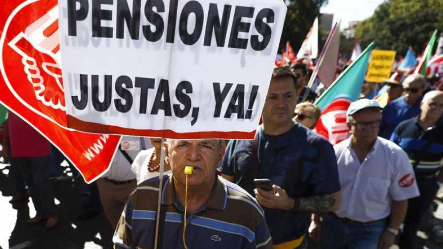 Un jubilado enarbola un cartel pidiendo unas pensiones justas