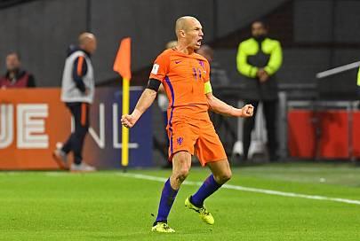 Robben celebra su segundo gol anotado ante Suecia.