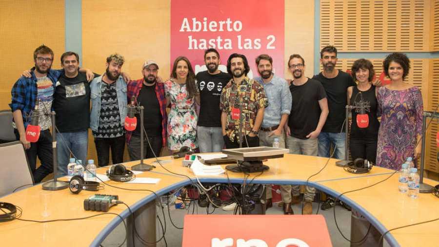 Foto de familia, con Aslándticos, Paloma Arranz, Antílopez y el resto del equipo