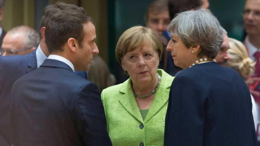 Angela Merkel (c) conversa con Theresa May (d) y Emmnauel Macron (i) en una imagen de archivo