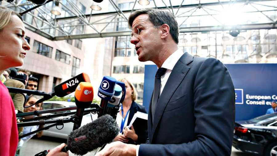 El primer ministro holandes, Mark Rutte, atiende a la prensa a su llegada a la cumbre
