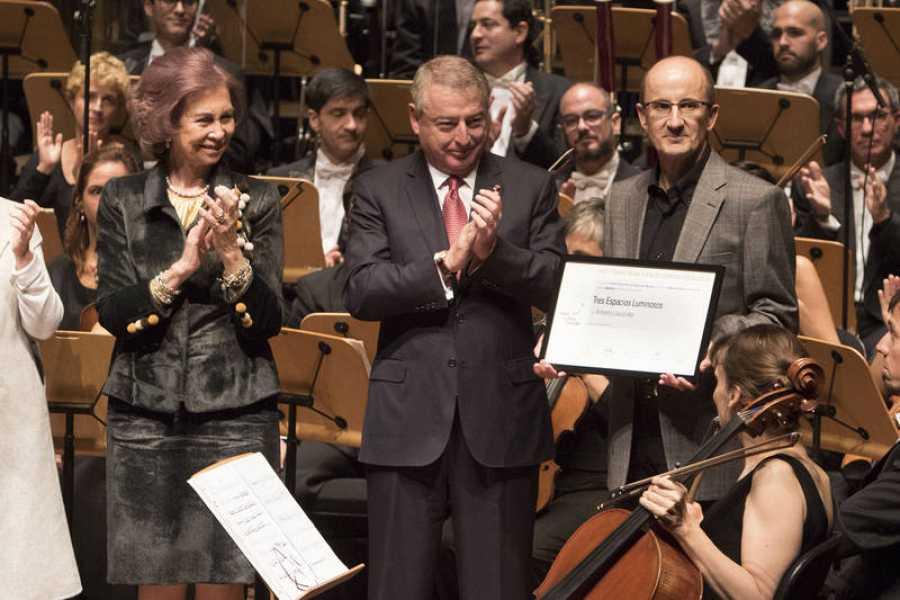 La Reina Doña Sofia, con el presidente de CRTVE y el compositor Antonio Lauzaurika con el premio